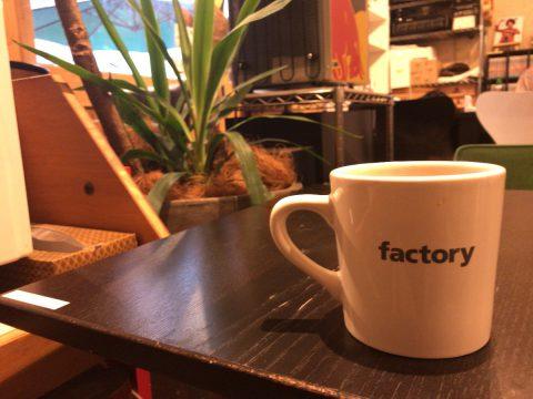 コーヒーマグはFactoryロゴ入り