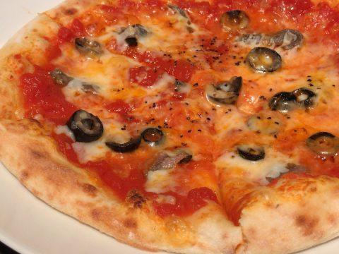 アンチョビとオリーブのピザ
